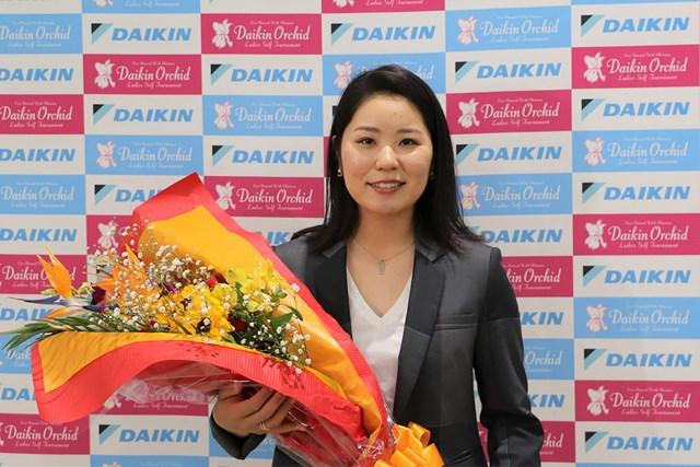 空港で花束を贈呈された比嘉真美子(提供:「ダイキンレディス」大会事務局)