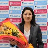 空港で花束を贈呈された比嘉真美子(提供:「ダイキンレディス」大会事務局) 2019年 ダイキンオーキッドレディスゴルフトーナメント 事前 比嘉真美子