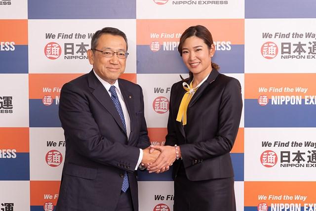 日本通運と所属契約を結んだ原英莉花。齋藤充・同社社長(左)と握手を交わした(提供:日本通運)