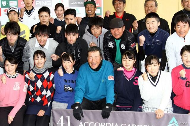 未来のスターは誕生するか?参加したジュニアゴルファーに囲まれ笑顔の尾崎将司