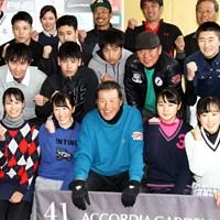 未来のスターは誕生するか?参加したジュニアゴルファーに囲まれ笑顔の尾崎将司 2019年 ジャンボ尾崎ジュニアレッスン会 尾崎将司