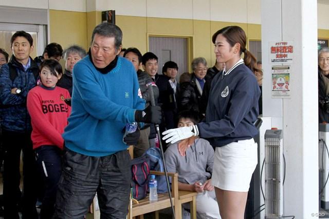 師事する尾崎将司とジュニアレッスン会に参加した原英莉花
