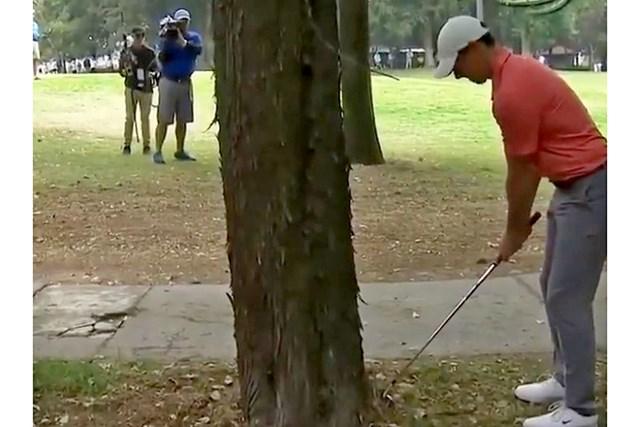 左打ちで脱出を図るマキロイ。この6番をボギーとした ※PGA TOURのツイッターより