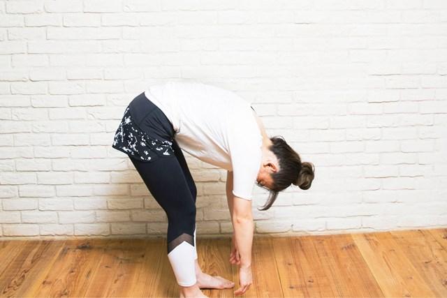 行けるところまで前屈をしたら、息を吸いながら少しずつ背中を戻していきます