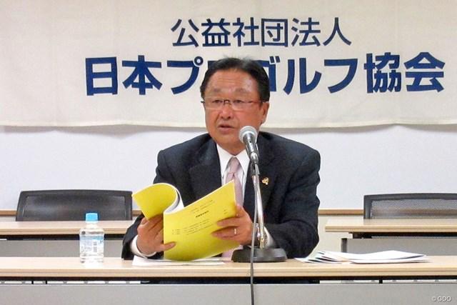 理事会後の会見に出席した倉本昌弘PGA会長