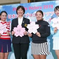羽田空港での開幕イベントに参加した(左から)河本結、小林浩美LPGA会長、鈴木愛、三浦桃香 2019年 ダイキンオーキッドレディスゴルフトーナメント 事前 国内女子開幕イベント