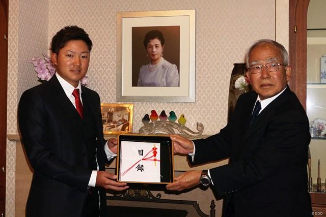 今平周吾(左)は高松宮妃癌研究基金でチャリティ金を寄贈した