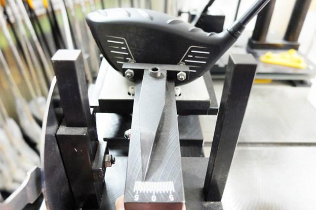 ヘッドを地面に置くとフェースが開く方向に回転するので、計測時にオープンフェースの度合いが強くなる
