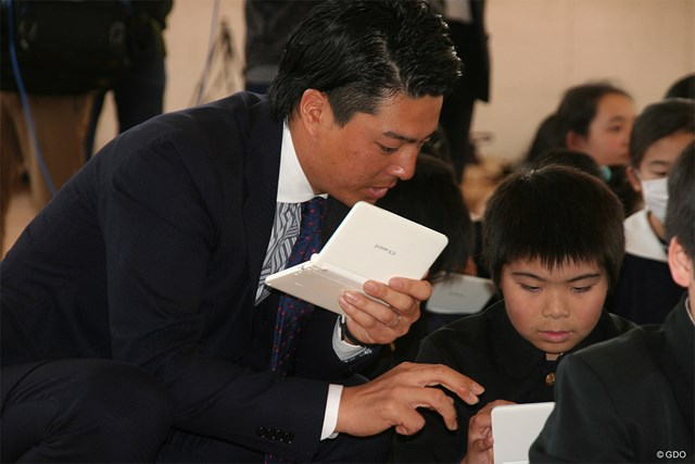 こどもたちと共に電子辞書の使い方を学ぶ石川遼