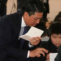 こどもたちと共に電子辞書の使い方を学ぶ石川遼 石川遼