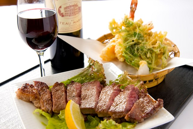 東筑波カントリークラブの「パワーランチ」 一番人気メニュー「パワーランチ」はステーキと天ぷらというボリュームのある組合せ。毎日、約80~100食の注文があるという