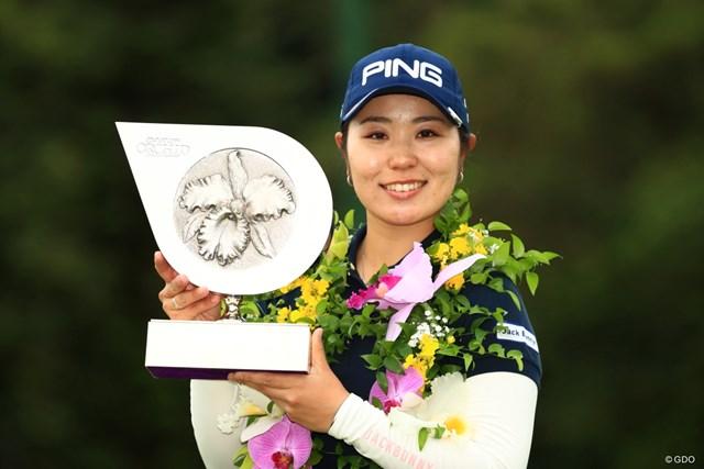 比嘉真美子が開幕戦を制し、地元沖縄でツアー5勝目を挙げた