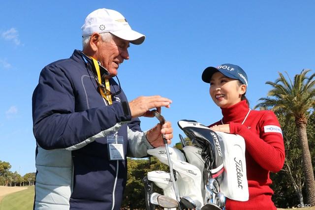 ボブ・ボーケイ氏(左)と談笑する菊地絵理香