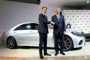 青木功JGTO会長(右)とメルセデス・ベンツ日本の上野金太郎CEO