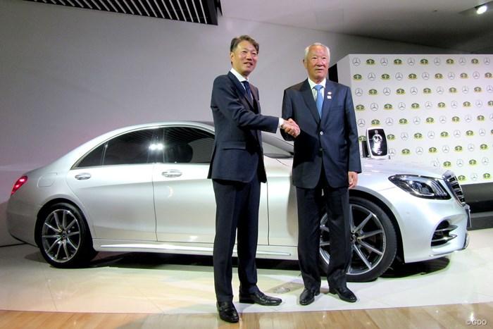 メルセデス・ベンツとのパートナー契約に強い期待を寄せた青木功会長(右)  青木功JGTO会長(右)とメルセデス・ベンツ日本の上野金太郎CEO