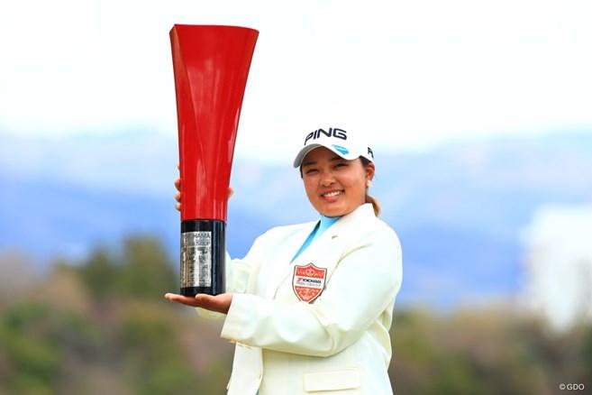 鈴木愛が逆転で今季初V ツアー10勝目「四国で勝ててうれしい」