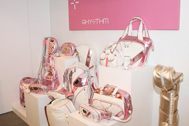 2010年 ホットニュース 宅島美香ウェア契約発表会 ウェアだけでなくキャディバッグなど小物も充実している