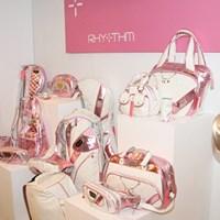 ウェアだけでなくキャディバッグなど小物も充実している 2010年 ホットニュース 宅島美香ウェア契約発表会