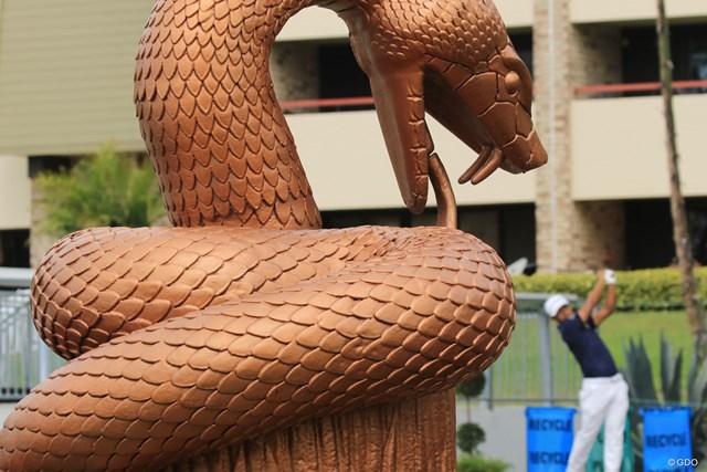 """16番から始まる""""スネークピット""""3ホール。入り口には蛇の銅像がある"""