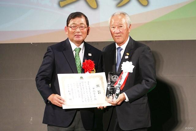 中嶋常幸(左)は青木功JGTO会長からトロフィを受け取り、AON時代を振り返った