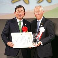 中嶋常幸(左)は青木功JGTO会長からトロフィを受け取り、AON時代を振り返った 2019年 中嶋常幸 青木功