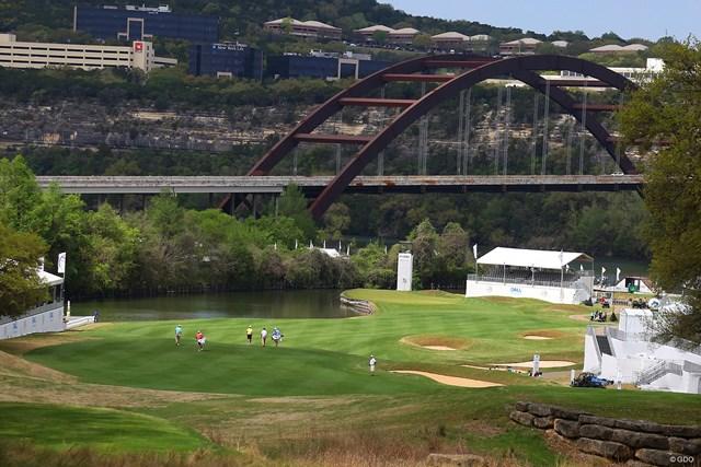 コロラド川にかかる大きな橋を望むパー5に待っているドラマは