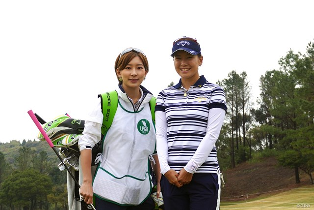 2019年 アクサレディスゴルフトーナメント in MIYAZAKI 事前 藤田光里 妹の美里さんをキャディに据えた藤田光里(右)