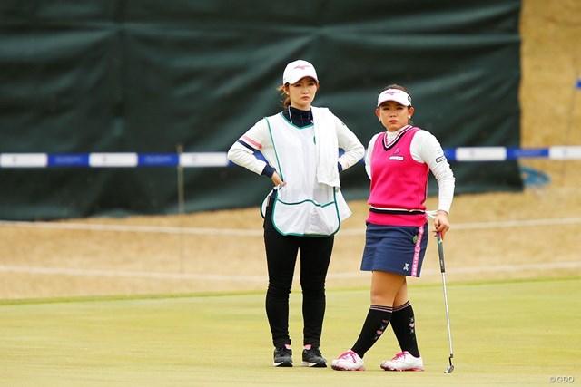ゴルフの腕を磨き合った姉・百花さんにキャディを任せる吉本ひかる