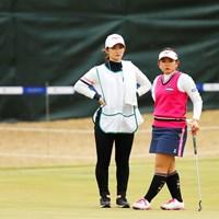 ゴルフの腕を磨き合った姉・百花さんにキャディを任せる吉本ひかる 2019年 アクサレディスゴルフトーナメント in MIYAZAKI 初日 吉本ひかる&百花さん