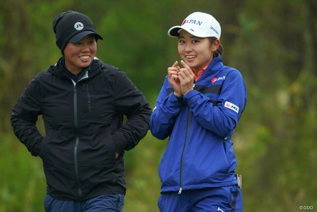 リラックスムードで練習ラウンドを行うユウカ・サソウと安田祐香