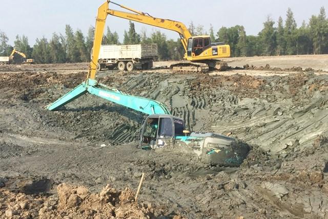 雨で緩くなった土に、掘削用の重機が飲み込まれるハプニングも