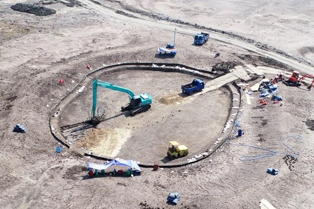 ゴルフ場ができるまで(3) 12番グリーンのシェイピングを終え、掘削作業に入る