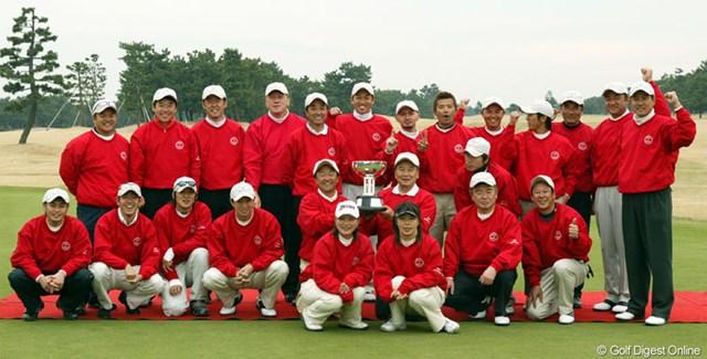優勝した西軍。中央に賜杯を持つのはキャプテンの倉本昌弘と里見浩太朗。