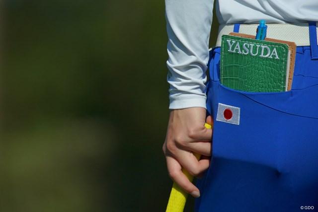 参加している選手個々の名前と、大会のロゴが入ったヤーデージブックカバーが、記念に配られているようだ。
