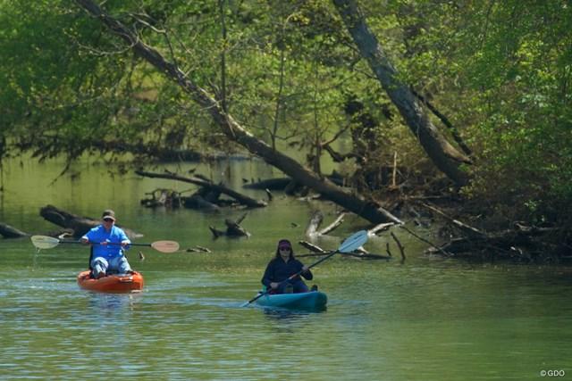 ゴルフ場の横を流れる川では、カヌーを楽しむ人の姿も。