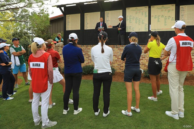 予選ラウンドを終えた後、選手たちは大会スタッフからプレーオフの説明を受けた