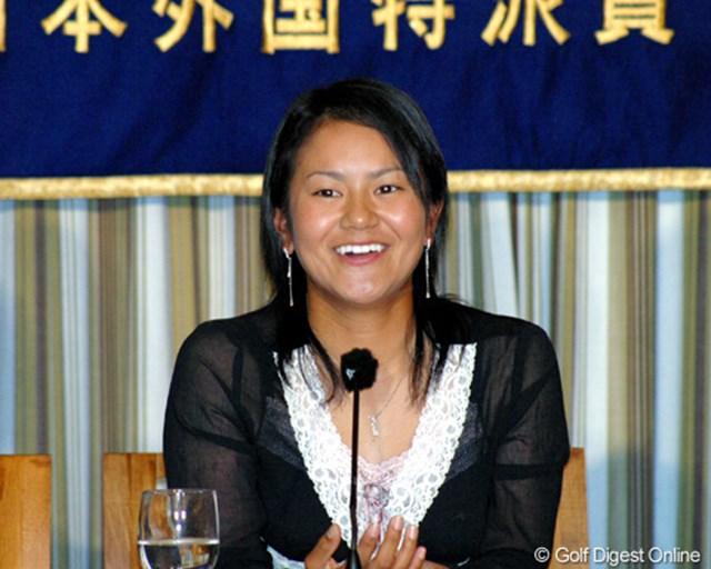日本外国特派員協会で記者会見する宮里藍