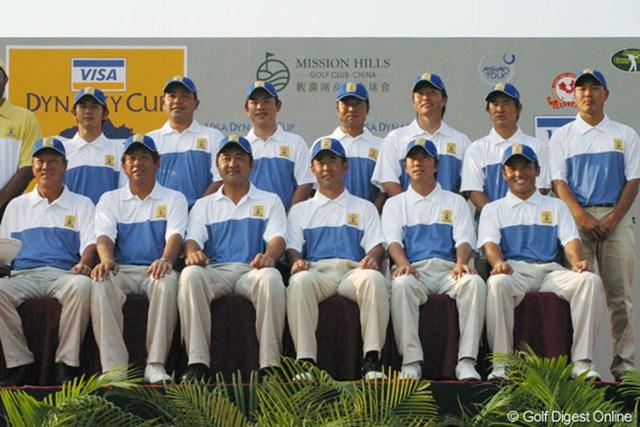 2005年 ダイナスティカップ 事前  12人名による日本チーム。勝利を誓い笑顔でハイポーズ!