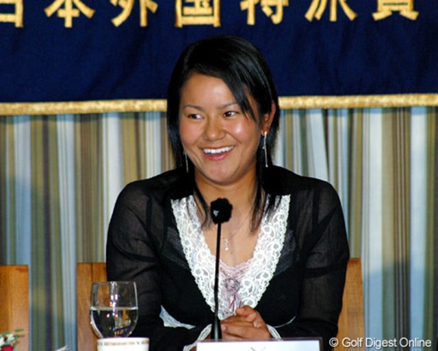 日本外国特派員協会の記者会見場で写真撮影に応じる宮里藍