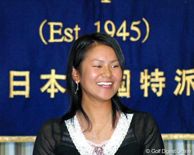 2005年 「今一番良いのは楽しんでやっていること」 宮里藍 日本外国特派員協会の記者会見場で写真撮影に応じる宮里藍