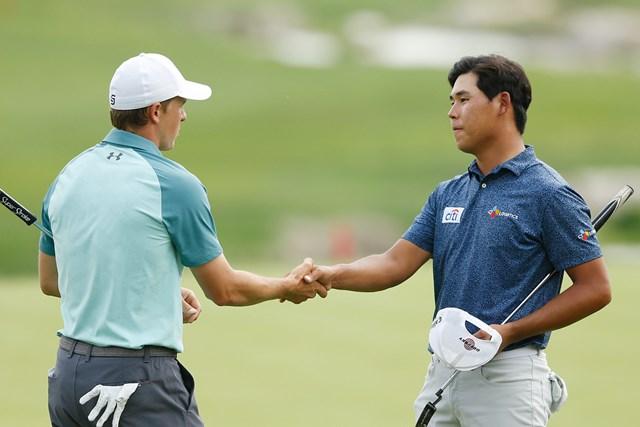 首位の座を守って最終日に進むキム・シウー(右)。地元テキサス州出身のスピースは16位に後退した(Michael Reaves/Getty Images)