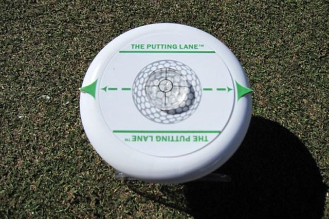 パッティングライン上に置いて練習する器具。上部には地面の水平度を調べるものがある