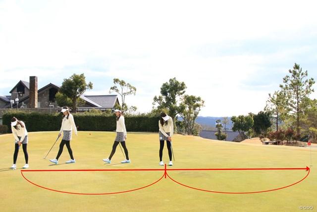 パットラインの真ん中で素振りをする3つの理由 エイミー・コガ 真ん中で素振りを行った後、ボール位置へ戻る