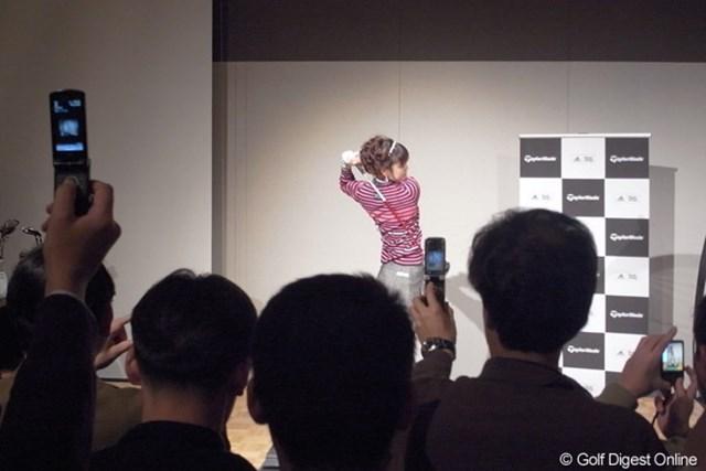 2010年 ホットニュース 日下部智子 日下部智子のスイングを撮影しようと多くのファンが携帯電話のカメラやデジタルカメラを構えていた