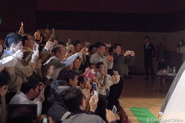 これが日下部智子のスイング撮影風景。押すな押すなの大混雑