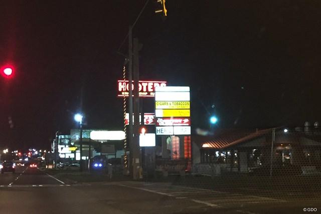 オーガスタナショナルの前を通るワシントンロードの夜景
