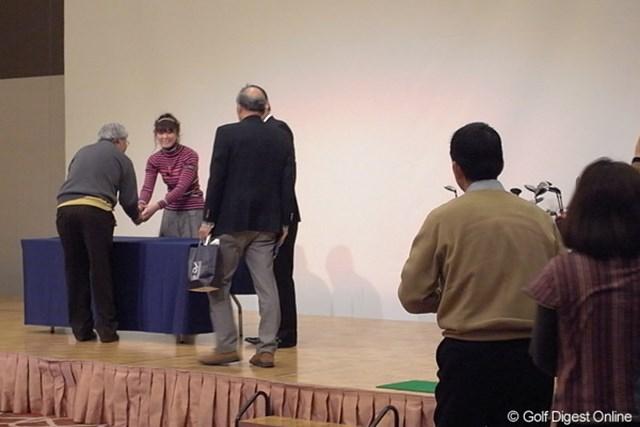 2010年 ホットニュース 日下部智子 イベントの最後には、会場に訪れた120名のファン1人1人と握手を行った日下部智子