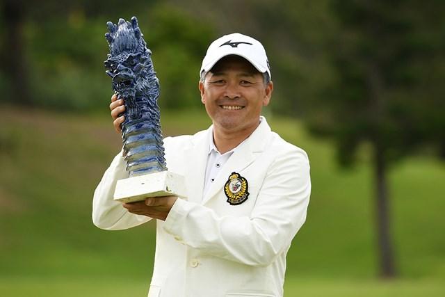 シニアデビュー戦で初優勝を飾った手嶋多一 ※提供:日本プロゴルフ協会
