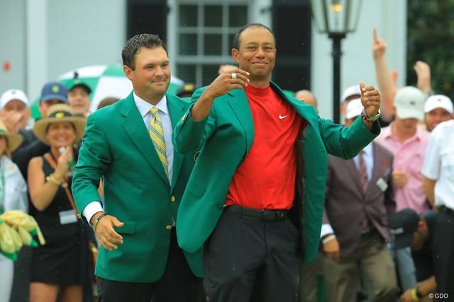 前年大会王者のリードからグリーンジャケットを贈呈された