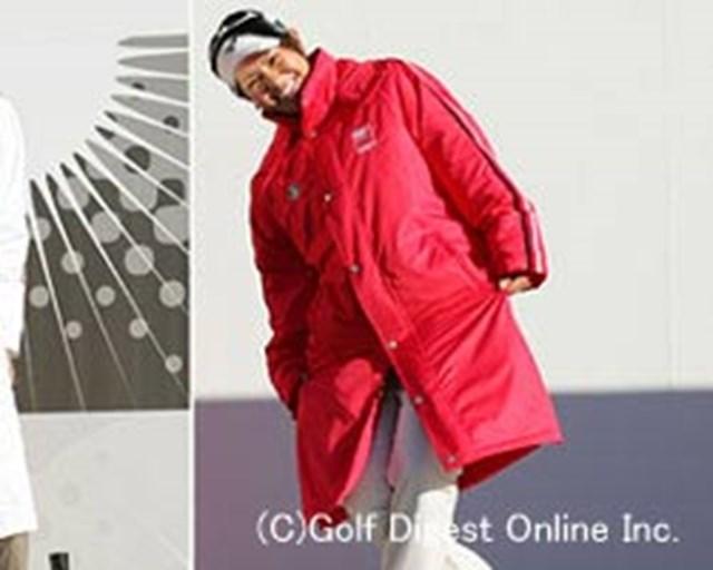 開会式の選手紹介で挨拶する宮里藍。LPGAのメンバー全員同じポーズで観客を魅了した